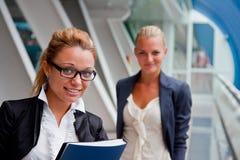 Zwei Geschäftsfrauen lizenzfreie stockfotografie