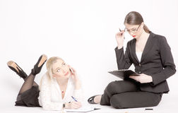 Zwei Geschäftsfrauen auf einem weißen Hintergrund stockfoto