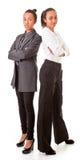 Zwei Geschäftsfrauen in den beiläufigen Haltungen Stockfotografie