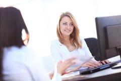 Zwei Geschäftsfrauen, die im Büro sich treffen Stockfoto