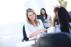 Zwei Geschäftsfrauen, die im Büro sich treffen Stockbilder