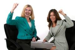 Zwei Geschäftsfrauen, die an Laptop 10 arbeiten Stockfotos