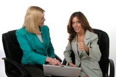 Zwei Geschäftsfrauen, die an Laptop 11 arbeiten stockfotografie