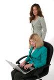 Zwei Geschäftsfrauen, die an Laptop 13 arbeiten Lizenzfreies Stockbild