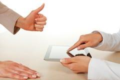Zwei Geschäftsfrauen, die mit digitaler Tablette arbeiten Stockbild