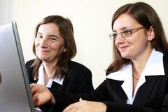 Zwei Geschäftsfrauen glücklich für ihren Erfolg Stockbilder