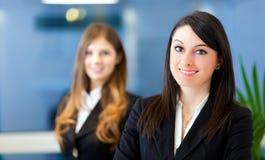 Zwei Geschäftsfrauen im Büro lizenzfreies stockfoto