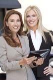 Zwei Geschäftsfrauen mit Tablette-Computer Stockfotos