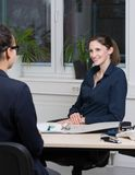 Zwei Geschäftsfrauen sind in einer Sitzung Lizenzfreie Stockbilder