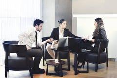 Zwei Geschäftsfrauen und eine Geschäftsmannfunktion Lizenzfreies Stockfoto