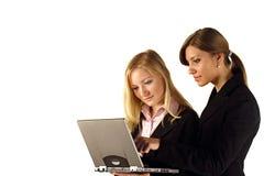 Zwei Geschäftsfrauen und Laptop lizenzfreie stockfotos