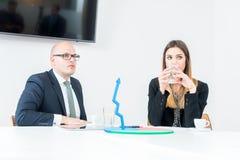Zwei Geschäftskollegen, die coffe haben stockfotografie