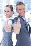 Zwei Geschäftskollegen, die Daumen aufgeben Stockbilder