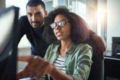 Zwei Geschäftskollegen, die im Büro zusammenarbeiten lizenzfreies stockfoto