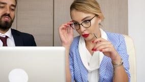 Zwei Geschäftskollegen, die vor Laptopschirm sprechen stock video footage