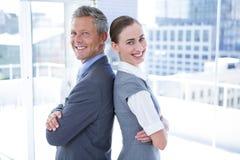 Zwei Geschäftskollegen, die zurück zu Rückseite stehen Lizenzfreie Stockbilder