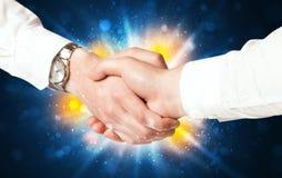 Zwei Geschäftsleute, die Hände rütteln Stockfotos