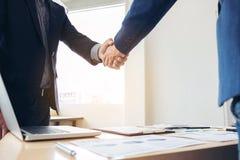 Zwei Geschäftsleute, die Hände während einer Sitzung rütteln, um Vereinbarung zu unterzeichnen und ein Teilhaber, Unternehmen, Fi stockbild