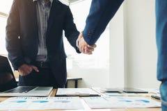 Zwei Geschäftsleute, die Hände während einer Sitzung rütteln, um Vereinbarung zu unterzeichnen und ein Teilhaber, Unternehmen, Fi stockbilder