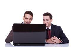 Zwei Geschäftsleute, die an ihrem Laptop arbeiten stockbilder