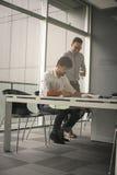 Zwei Geschäftsleute, die im Büro zusammenarbeiten Lizenzfreies Stockbild