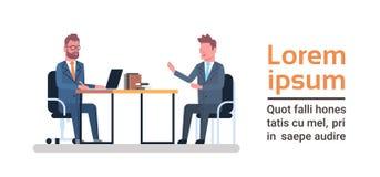 Zwei Geschäftsleute, die an Schreibtisch-Unterhaltungssitzung- über Brainstormingoder Interview-Konzept sitzen vektor abbildung