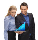 Zwei Geschäftsleute, die Tabletten-PC mit Diagramm zeigen Stockbilder