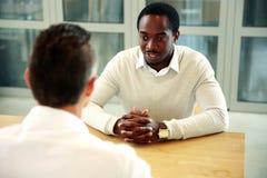 Zwei Geschäftsleute, die am Tisch sitzen Lizenzfreie Stockbilder