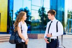 Zwei Geschäftsleute, die zusammen sprechen Lizenzfreies Stockfoto