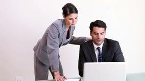 Zwei Geschäftsleute, die zusammenarbeiten stock video footage