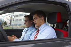 Zwei Geschäftsleute in einem Auto Stockfotografie