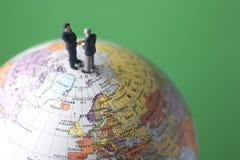 Zwei Geschäftsleute rütteln Hände Lizenzfreies Stockfoto