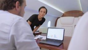 Zwei Geschäftsmänner arbeiten an Privatflugzeug stock video footage