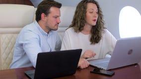 Zwei Geschäftsmänner arbeiten an Privatflugzeug stock video