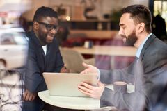 Zwei Geschäftsmänner am Café stockbild