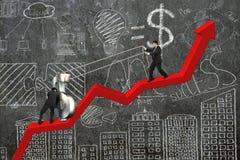 Zwei Geschäftsmänner, die Dollarzeichen aufwärts auf rotem Tendenzdiagramm bewegen Lizenzfreie Stockfotos