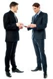 Zwei Geschäftsmänner, die ein Abkommen vorbereiten Lizenzfreie Stockfotos