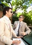 Geschäftsmänner, die um Auto sich treffen. Lizenzfreies Stockfoto