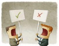 Zwei Geschäftsmänner, die ein Zeichen protestiert mit verschiedenen Meinungen halten Lizenzfreie Stockfotos