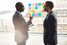 Zwei Geschäftsmänner, die eine ernste Diskussion haben lizenzfreies stockfoto