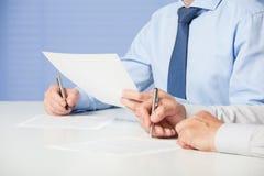 Zwei Geschäftsmänner, die einen Vertrag unterzeichnen stockfoto