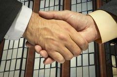 Zwei Geschäftsmänner, die Hände rütteln Lizenzfreies Stockbild