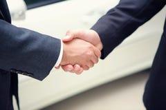 Zwei Geschäftsmänner, die Hände rütteln Lizenzfreie Stockfotografie