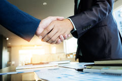 Zwei Geschäftsmänner, die Hände während einer Sitzung im Büro, s rütteln Lizenzfreies Stockfoto
