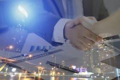 Zwei Geschäftsmänner, die Hand rütteln, nachdem erfolgreich, verhandeln und unterzeichnen stockfoto