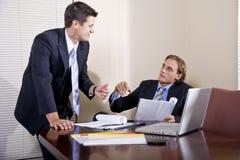 Zwei Geschäftsmänner, die im Sitzungssaal arbeiten Lizenzfreie Stockfotos
