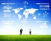 Zwei Geschäftsmänner, die Infographic im Freien mitteilen Lizenzfreies Stockbild