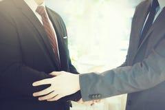 Zwei Geschäftsmänner, die miteinander herzliches Willkommen, Vertrauen, Teamwork, Vereinbarung geben lizenzfreies stockbild