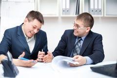 Zwei Geschäftsmänner, die zusammen mit Computer arbeiten Stockfotografie