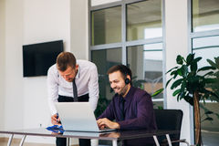 Zwei Geschäftsmänner in einem Geschäftstreffen Grafiken besprechend Stockfoto